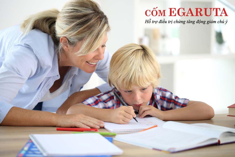 Giúp trẻ giải quyết bài tập về nhà – Cách dạy trẻ tăng động tại nhà